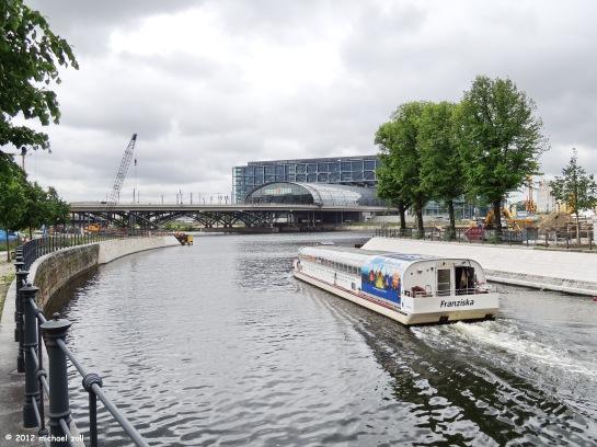 """Wenn der Hauptbahnhof nicht mehr """"tragfähig"""" sein sollte, so haben wir zum Glück ja noch die Wasserwege. Von einem untadligen Baumeister geschaffen ;-)"""